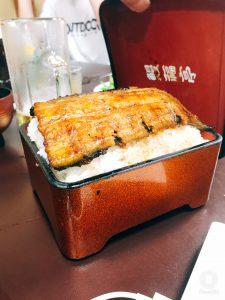 成田山のはみ出る丼